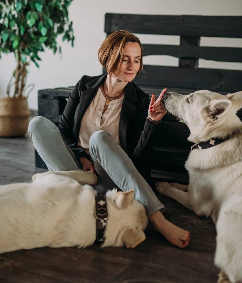 Webdesignerin Lilija Olm mit ihren beiden Schäferhunden